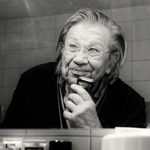 Eveline scheert haar baard voor de spiegel. Foto door Annelies Barendrecht, 2015