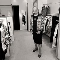 Eveline past kleding in modehuis Klomp te Barneveld. Foto door Annelies Barendrecht, 2015