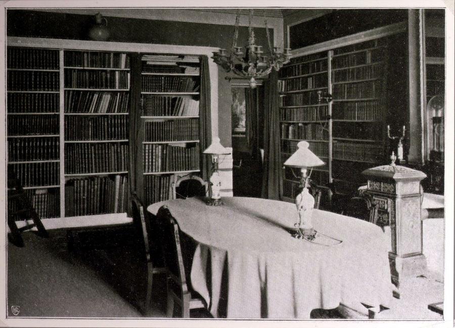 Blauwe Slaapkamer Lamp : De twee blauwe lampen op de tafel in de voormalige echtelijke